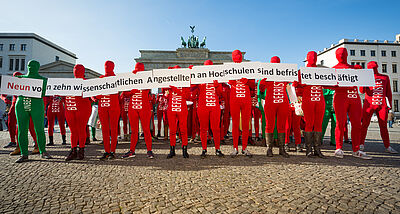 Permanent jobs for permanent tasks – GEW action at the Berlin Brandenburg Gate 2015 (Foto: Kay Herschelmann)